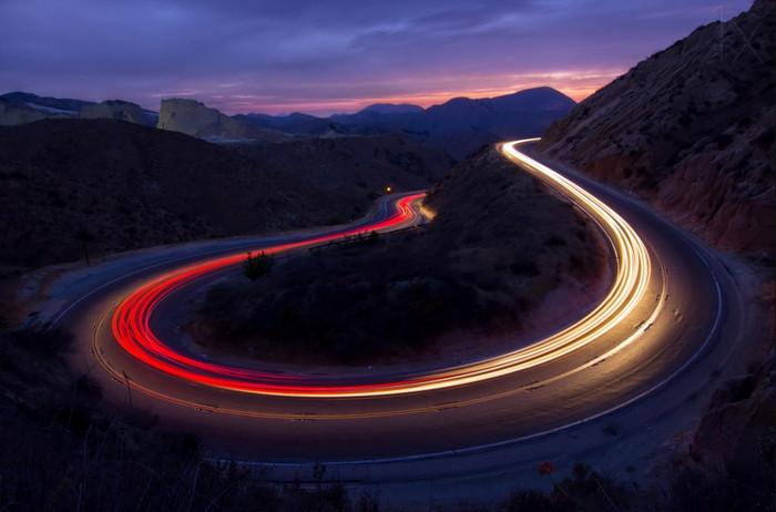 Firkete dönüşünde akan trafiğin uzun pozlama çekimi
