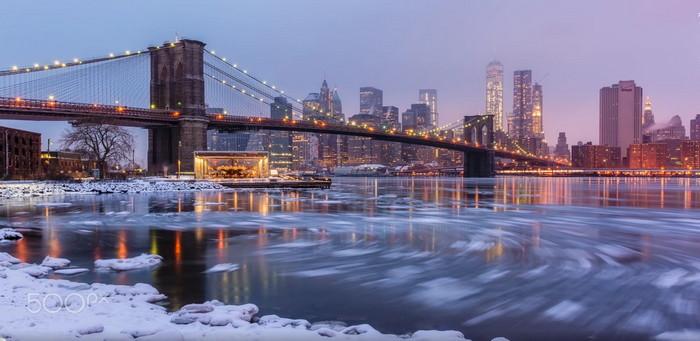 Brooklyn Köprüsü'nün ışığı ve su parkurları